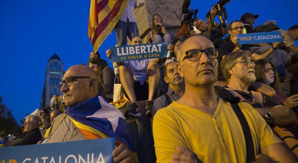 كتالونيا تهدد بإعلان الاستقلال رسمياً إذا علقت مدريد الحكم الذاتي للإقليم