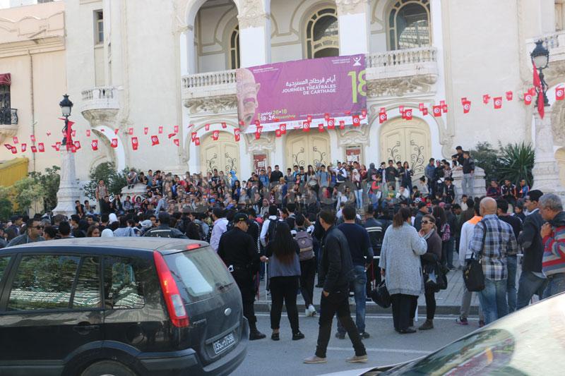 En photos : La manifestation des élèves devant le théâtre municipal
