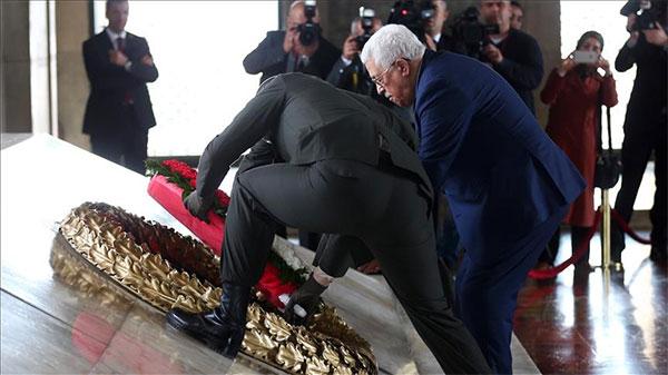 محمود عباس يضع إكليلا من الزهور على ضريح أتاتورك