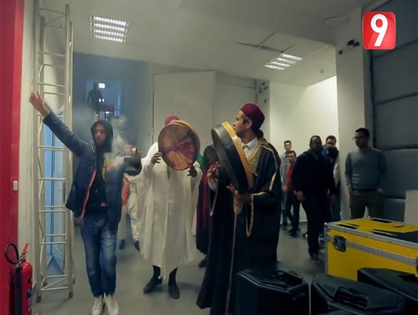 بالفيديو: لطفي العبدلي يتحول مع فرقة سلامية إلى مقر قناة التاسعة