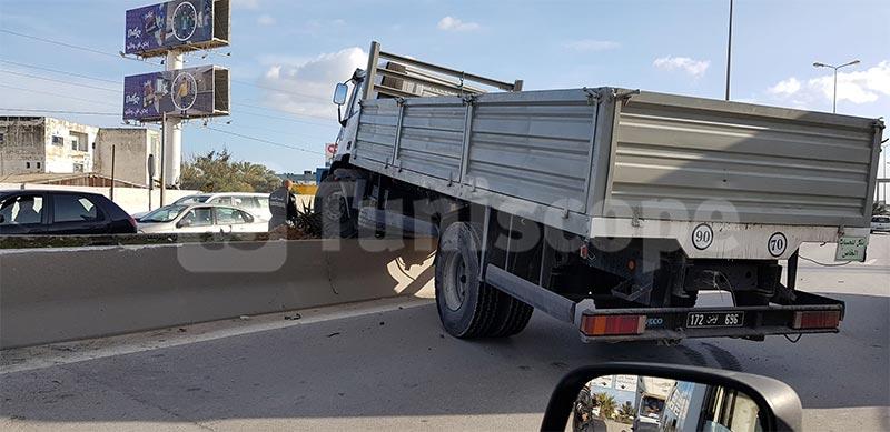 بالصور: اصطدام شاحنة وسيارة على مستوى المركز العمراني الشمالي
