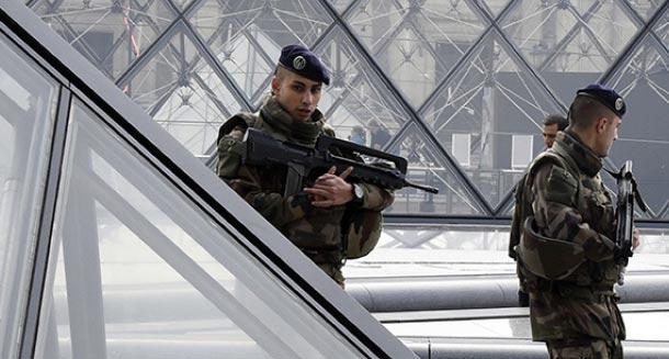 En photo...Attaque de militaires au Louvre : Une image de l'agresseur à terre