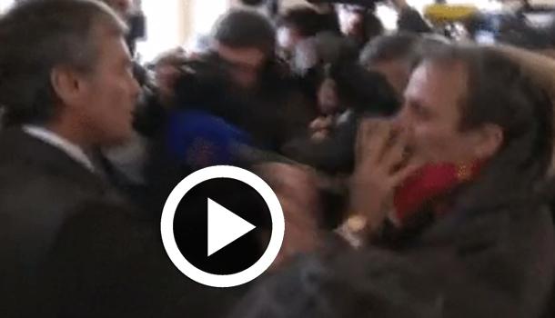 En vidéo : Arrivée musclée de l'ancien ministre français Jérôme Cahuzac au tribunal