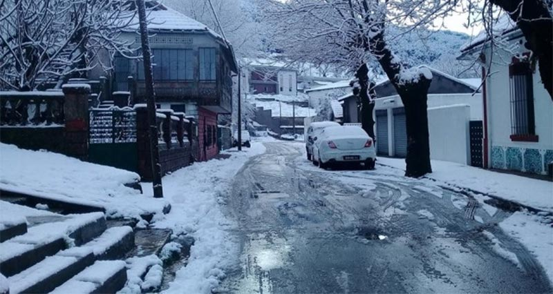 عين دراهم : اخراج حوالي 40 سيارة و حافلتين علقت وسط الثلوج