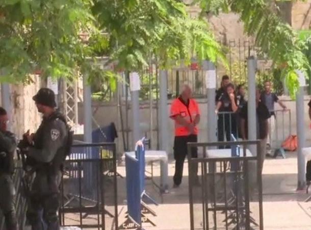 الشرطة الإسرائيلية تزيل الأعمدة الحديدية أمام باب الأسباط