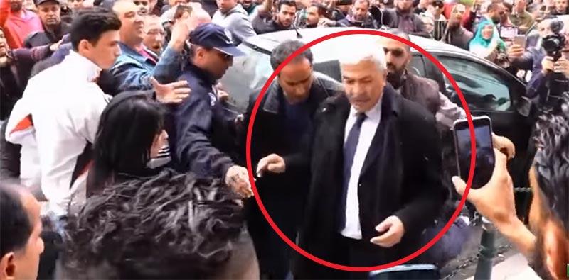 بالفيديو: طرد مهين لوزير جزائري سابق من مسيرة باريسية