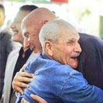 Photo du jour : étreinte chaleureuse entre A.N Chebbi et un des commerçants de la Médina