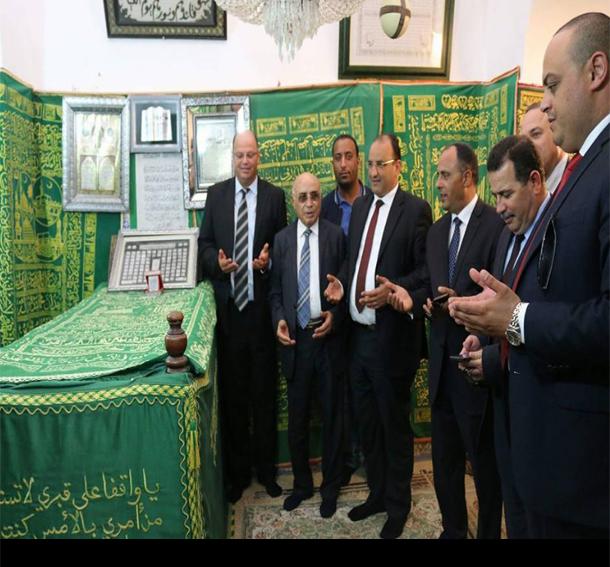 وزير النقل يزور مقام الولي الصالح أبو لبابة الأنصاري بقابس