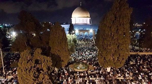 آلاف الفلسطينيين يحيون ليلة القدر بالمسجد الأقصى
