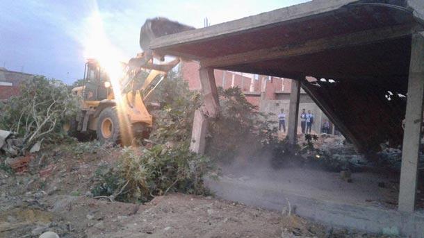 En photos : Démolition de bâtiments construits sur un terrain de l'Etat à l'Ariana