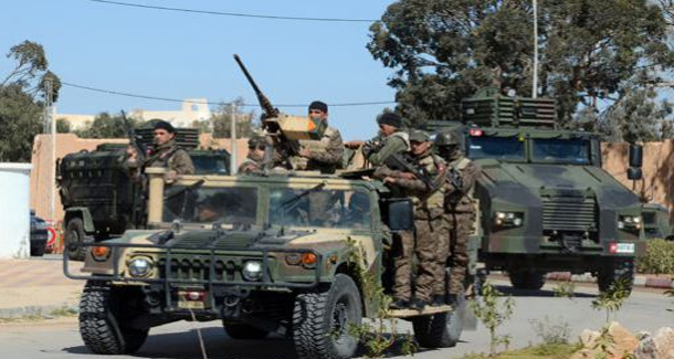 إصابة جندي وشخص في تبادل لإطلاق النار مع سيارات تهريب في المنطقة العسكرية العازلة