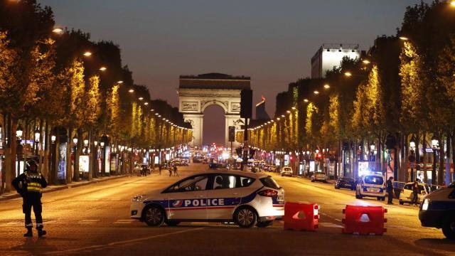 Attentat des Champs-Élysées: un homme en lien avec le tueur en garde à vue