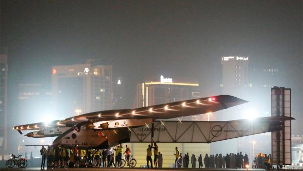 طائرة الشمس تنهي رحلتها حول العالم بدون وقود