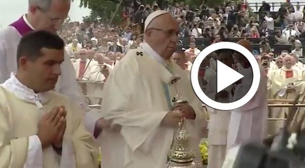 بالفيديو: البابا فرنسيس يتعثر ويقع أمام عدسات الكاميرات