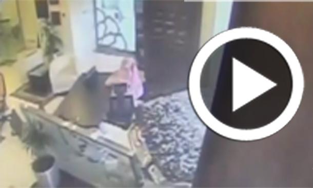 بالفيديو...الرياض : سيارة تقتحم مصرفاً