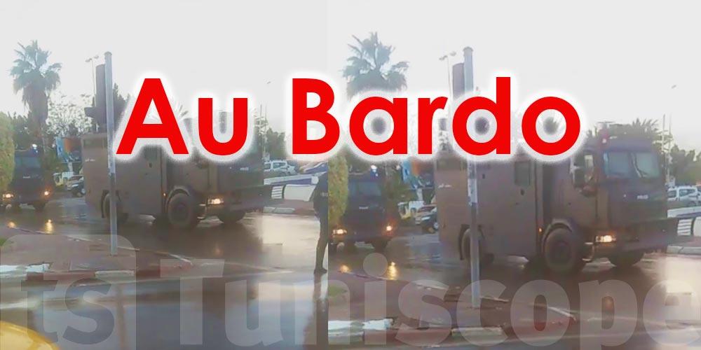 Au Bardo, face à des manifestants hurlants, on aligne des camions blindés