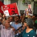 Le père et la veuve de Belaïd manifestent contre la nomination d'un nouveau juge d'instruction