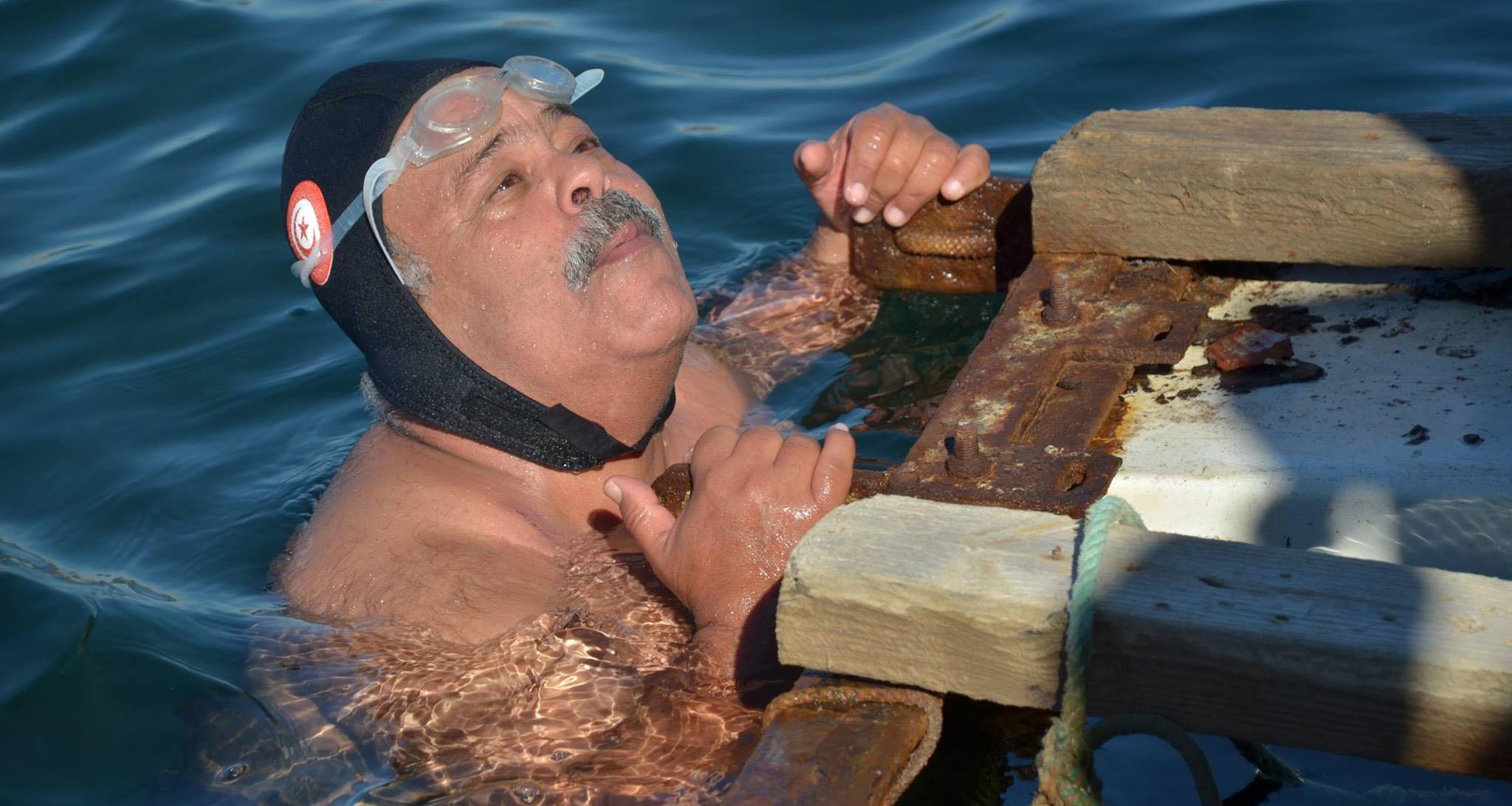السباح نجيب بلهادي يراهن على جر باخرة وزنها 1000 طن