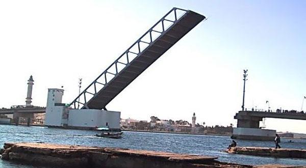 عملية بيضاء في ميناء بنزرت بخصوص التصدي لتسرب بترولي من المستوى2