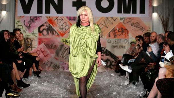 La chanteuse de Blondie défile vêtue d'une tenue faite de matériaux recyclés
