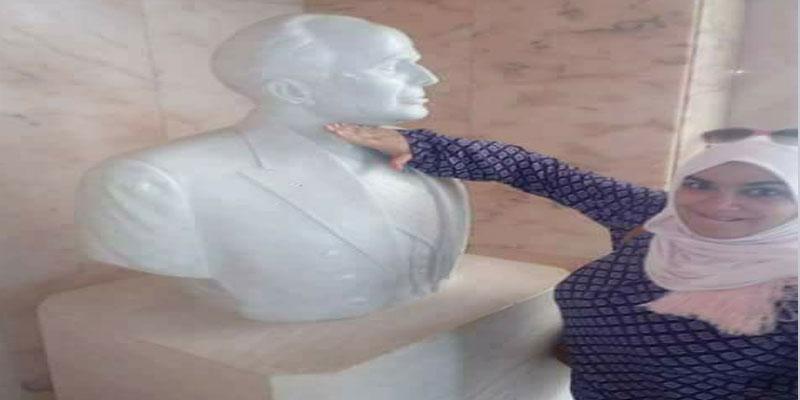 إعتبرها البعض إشارة الى الذبح: هذا مافعلته فتاة بتمثال الحبيب بورقيبة