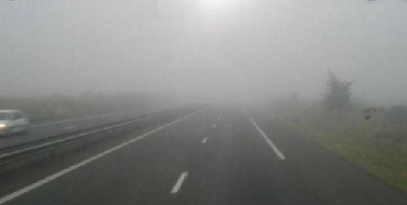 طقس الجمعة: ضباب كثيف وانخفاض مدى الرؤية والرصد الجوي يحذر مستعملي الطريق