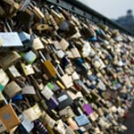Paris - Pont des Arts : Des panneaux vitrés à la place des cadenas d'amour