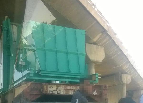 En photos : Un camion s'encastre sous un pont à Tunis