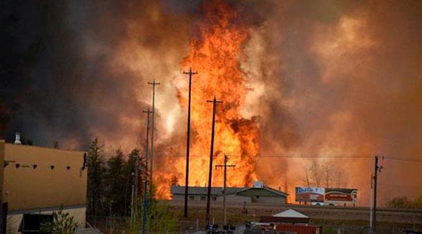 كندا: حريق هائل يجبر الآلاف على الفرار والغاء رحلات الطيران من مطار فورت ماكموراي