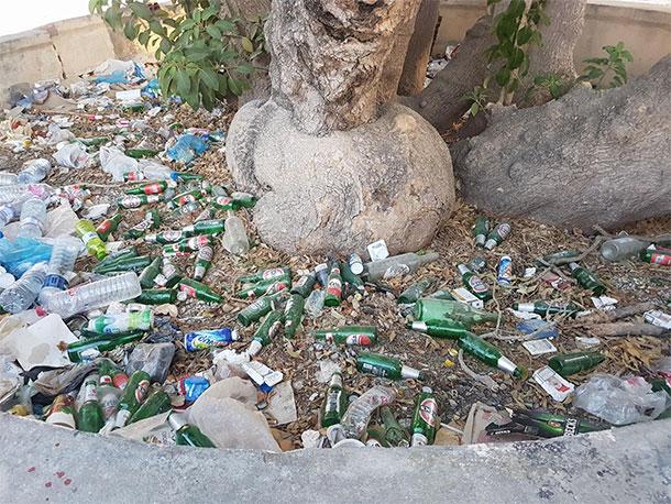 En photos : Les déchets s'accumulent devant l'Acropolium de Carthage...