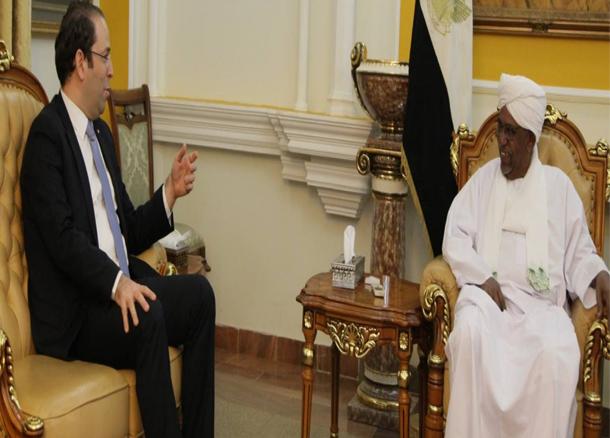 إثر لقائه الرئيس السوداني: رئيس الحكومة يؤكد أهمية استئناف أعمال اللجنة المشتركة بين البلدين بعد انقطاع دام 10 سنوات
