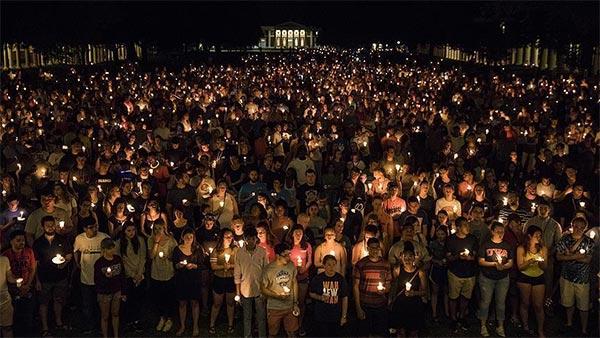 تظاهرة حاشدة في شارلوتسفيل الأمريكية احتجاجا على أحداث العنف والعنصرية
