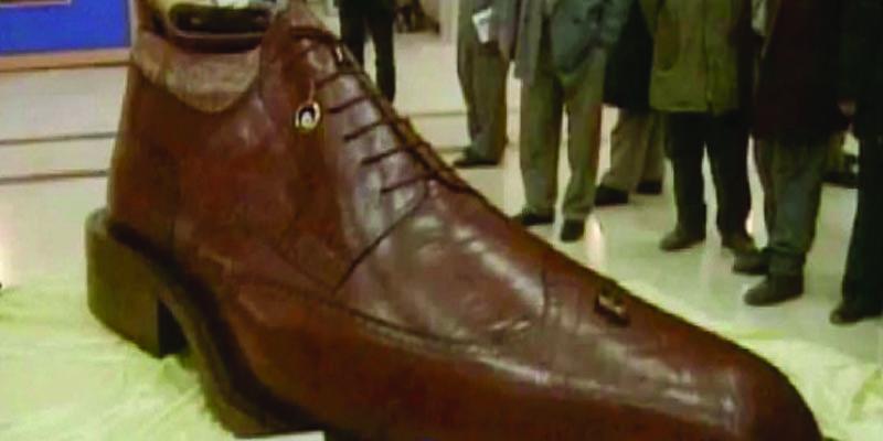 تونس تنجز أكبر حذاء في العالم بارتفاع 3 أمتار
