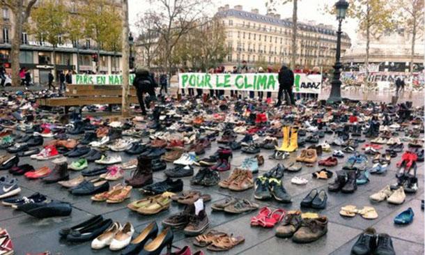 Des centaines de paires de chaussures, place de la République à Paris, pour la COP21