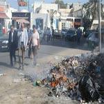Photo du jour : Chebbi se bouche le nez devant les ordures de Djerba