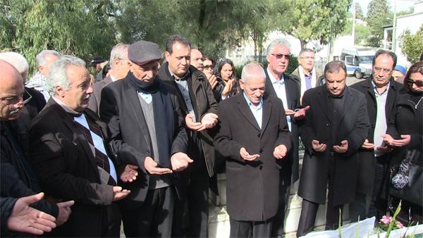 Photo du jour : Al-Fatiha récitée sur la tombe de Chokri Belaïd