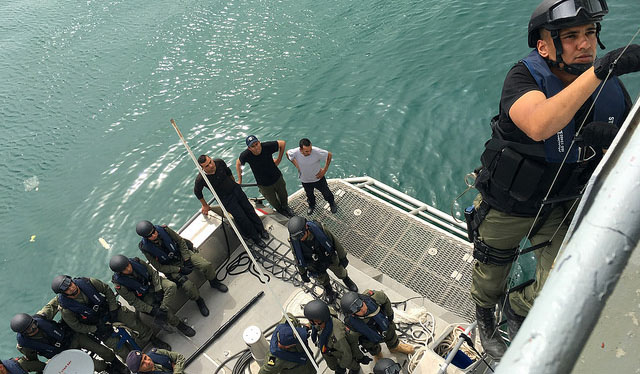 جيش البحر يعترض مركبا على متنه مصريان