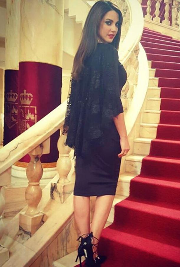 Dorra Zarrouk dans une robe Esthere Maryline lors du tournage de la série Le Président