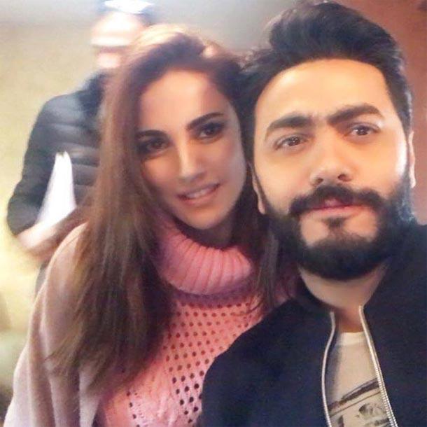 En photo : Dorra Zarrouk et Tamer Hosni dans les coulisses du tournage du film Tisbah Ala Khair