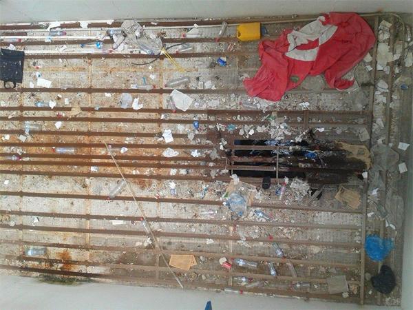 Photo du jour par Ghazi Mrabet : Drapeau dans les ordures et détenus pieds dans l'eau