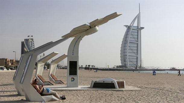 شواطئ ذكية في دبي: بطاريات لشحن الهواتف الذكية وغرف لخلع الملابس