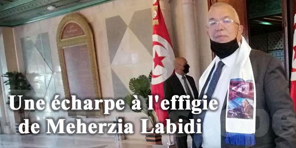 En photos : Bhiri apparaît avec une écharpe à l'effigie de Meherzia Labidi