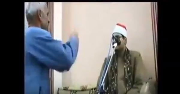 بالفيديو: مصري يُشهر سكينا في وجه قارئ للقرآن لإرغامه على استئناف التلاوة