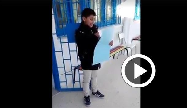 Vidéo-Conseil des élèves citoyens : Un candidat présente son programme devant ses camarades dans une école à l'Ariana