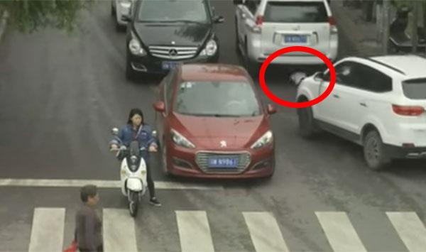 فيديو لا يصدق: نجاة طفلة بـ''أعجوبة'' بعد أن مرّت فوقها سيارتان