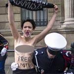 Les Femen ex-prisonnières en Tunisie manifestent aux champs Elysées