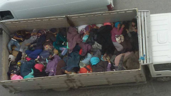 Photo scandaleuse de femmes ouvrières transportées à l'arrière d'un camion à Bizerte