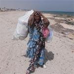 Photo du Jour : Une femme âgée nettoie une plage sous une chaleur de 45 degrés