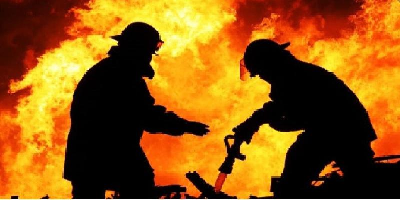 نشوب حريق هائل في مستودع بقفصة