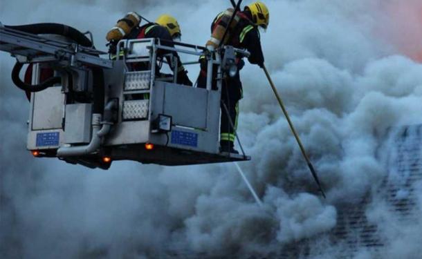 حريق ضخم في متجر بشرق لندن